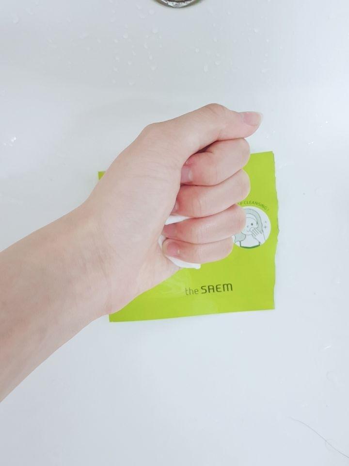 패드에 스며들어있는 액체 색깔이 궁금해서 다쓴 패드를 쫙 짜보니..
