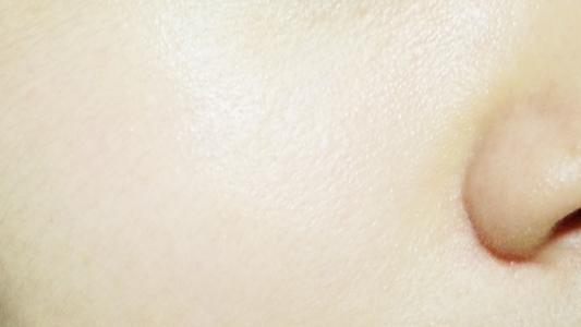 잡티나 각질 , 모공 등의 눈에 돋보이는 결점이 많지는 않지만 홍조나 색소침착 , 노란 피부 등의 컬러가 문제인 제 피부 ! 과연 톤보정을 얼마나 잘 해줄 지 사용해볼게요 ~