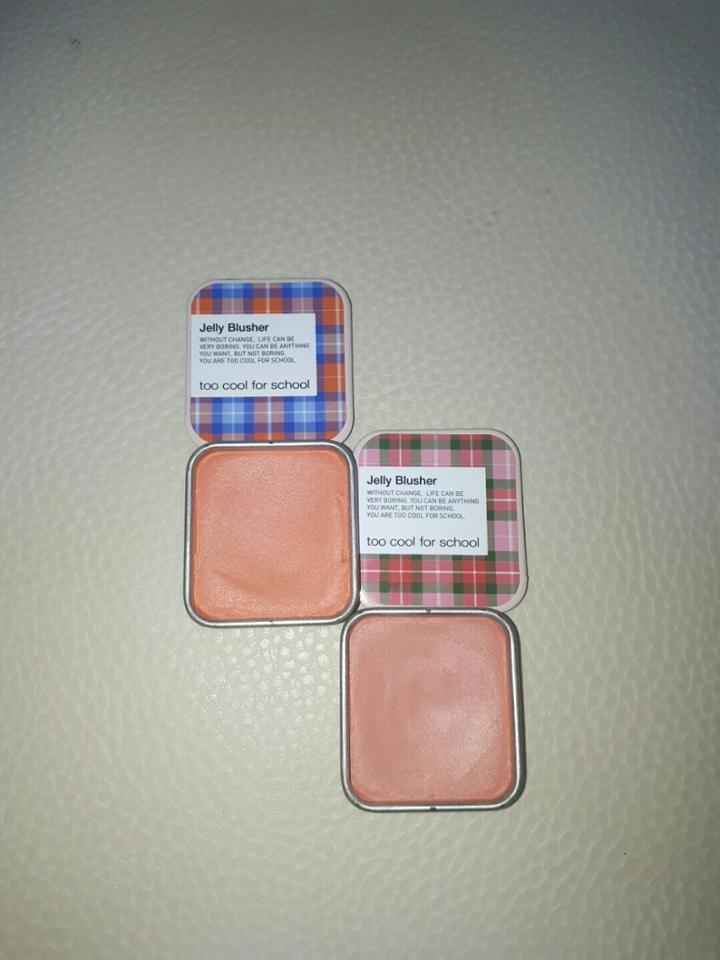 왼쪽이 애플레드-밀키한 오렌지8레드2 정도 컬러감 오른쪽이 피치넥타-뽀오얀 복슝아 컬러 젤리블러셔답게 블러셔가 말랑말랑해서 만질때마다 기분이 너무 좋아요 ㅎㅎ