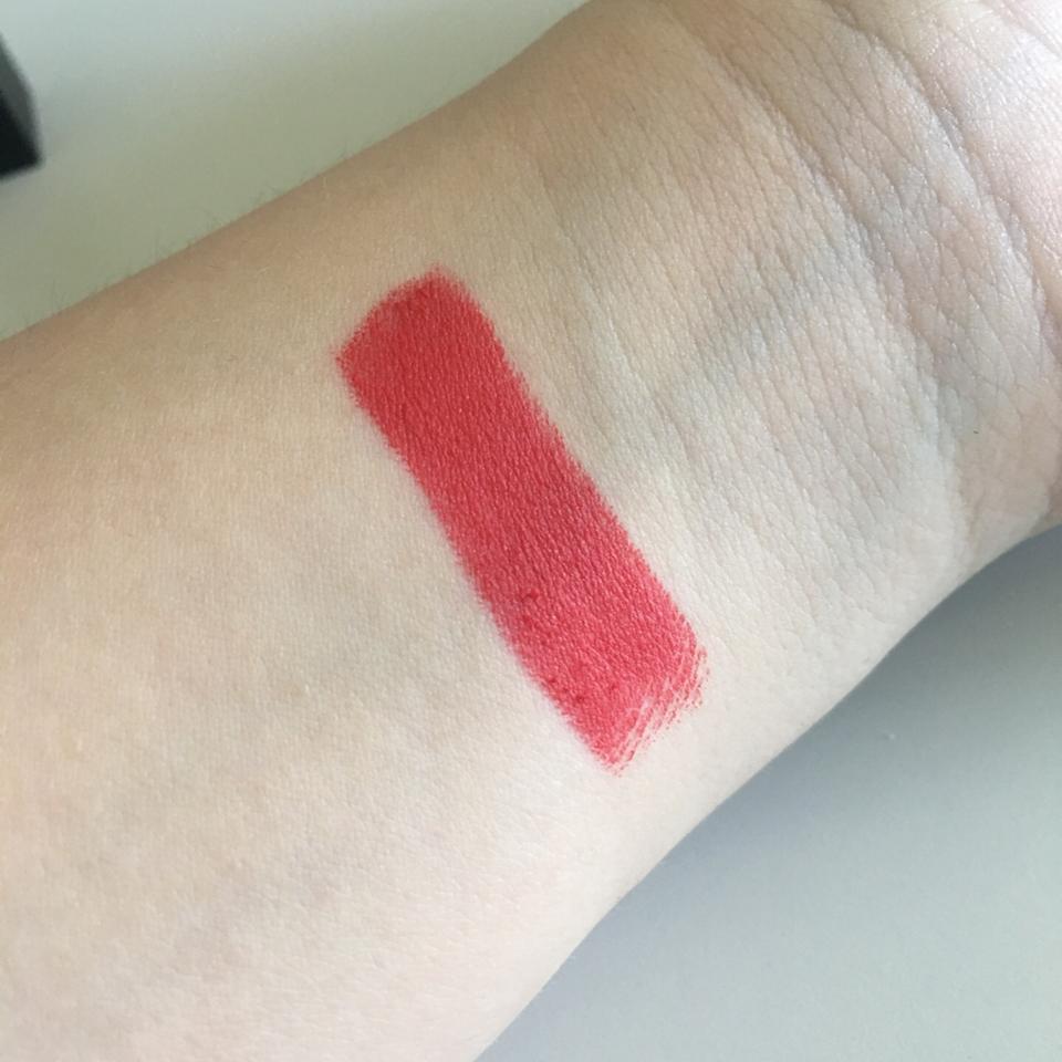 발색 밝은 빨간색입니다!!! 촉촉하지는 않고 딱 립스틱같은 질감? 조금 보송보송 요즘 들고다니면서 잘쓰는 제품