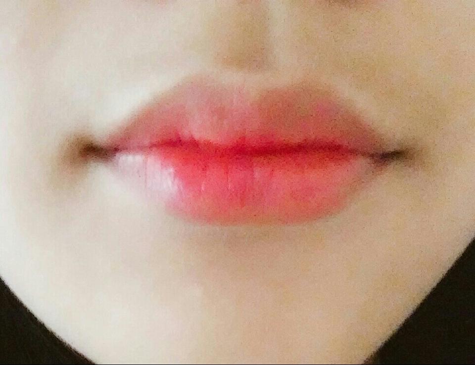 입술발색을 하면!짠~~~!! 생긱있어보이는 입술완성!^^! 코랄색은 누구에게나 다 어울리는 색인것같아요👍