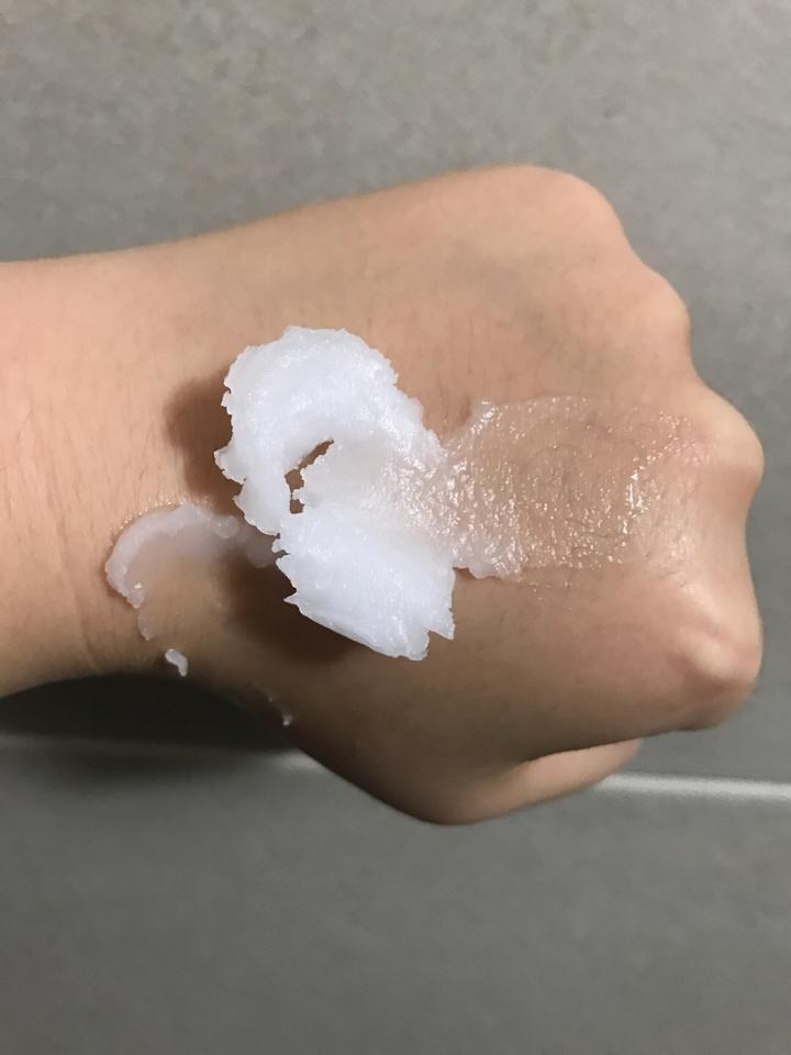 손에 펐을때는 이런느낌이에요!! 피부에 올리면 녹아서 펴바르기 매우 편해요!!!