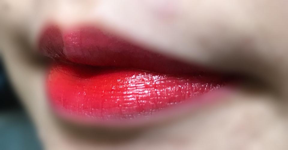얇게 바르고 중간에 에뛰드하우스의 '립리치 비비드 틴트 아임쏘애플'을 아무생각 없이 발랐는데 색이 너무 예뻐서 첨부해요! 쿨과 웜에 섞여서 너무 예쁜ㅠㅠㅠ 둘다 가지고 계신분은 한번 이렇게 발라보세요! 다음 리뷰에서 만나요❣️