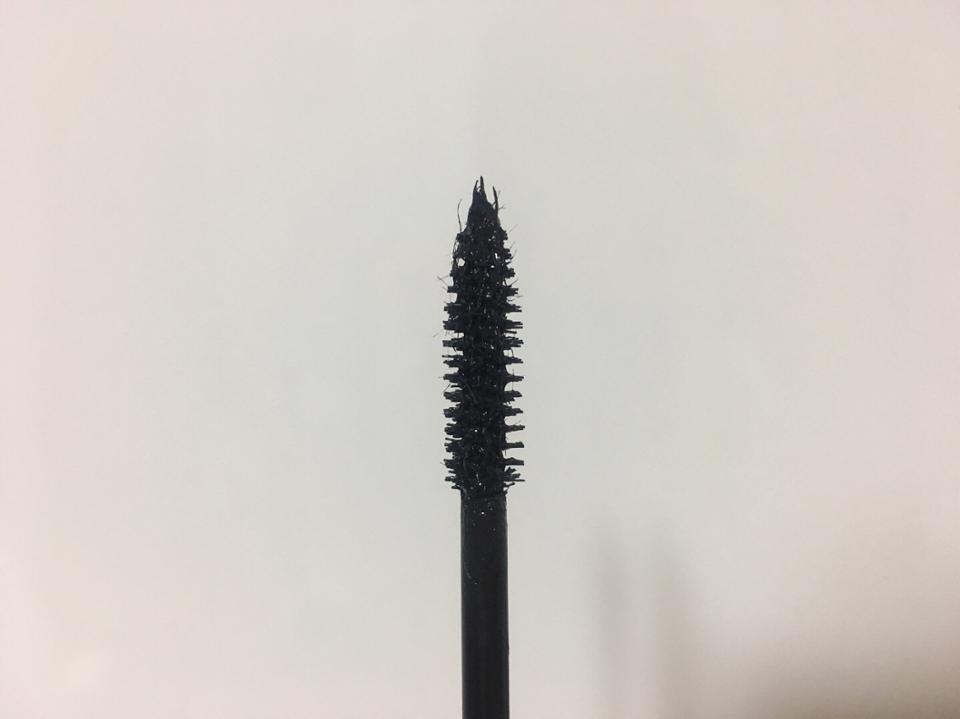 화이버가 있어서 자연스럽게 길어질 수 있어요! 커브형이 아니라 일자형이어서 고르고 얇게 뭉치지 않게 발려요!