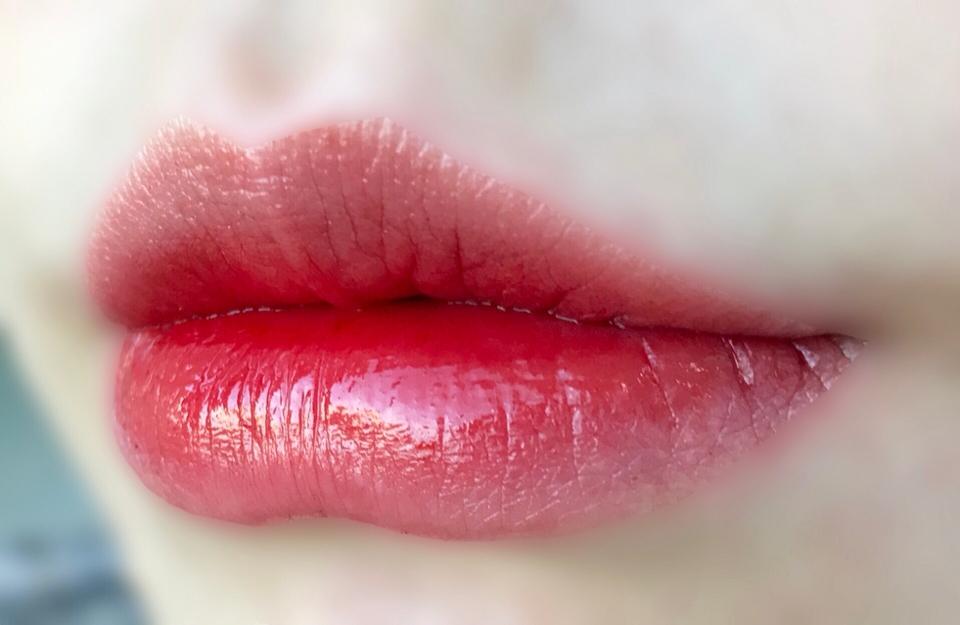 입술에 올리니 정말 맑더라구요!!   자연광인데 입술에 햇빛이 비칠 정도로 맑아요 ><