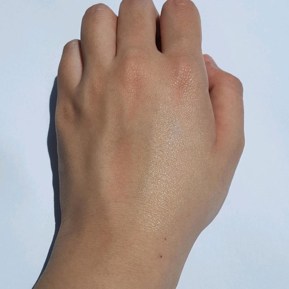 먼저 손 등에 테스트를 해봤어요.   사진 상으로 우측 반 쪽만 발라봤어요. 고체 타입이지만, 자극 없이 부드럽게 발라지더라구요.