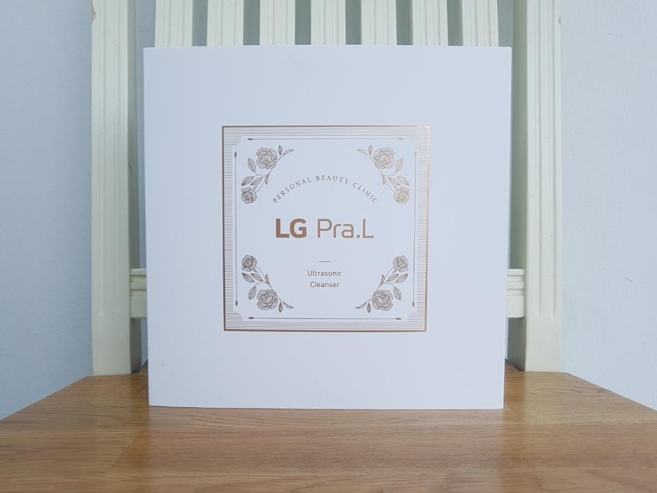 LG 프라엘의 전체적인 디자인은 흰색의 깔끔함에 골드의 고급스러움이 더해졌어요.  패키지에서부터 LG 프라엘만의 아우라가 뿜뿜! 뿜어져 나오더라구요❤   킁킁👃👃  어디서 냄새가 나지 않나요?👀👀 대작의 스멜이....🌱