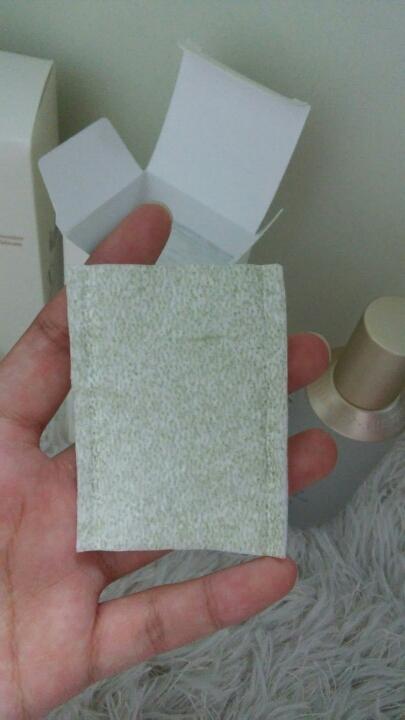 화장솜은 네모난 모양으로 양면이 다른데 한쪽면은 저렇게 녹차추출물이들어가있어서 초록색으로 조금 꺼끌거리더라고요ㅠㅠ 다른한쪽면은 그냥 보통 화장솜면입니다!