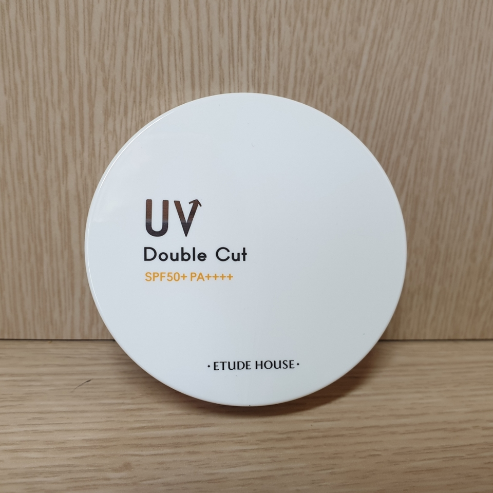 쿠션 본체예요 되게 깔끔하니 괜찮죠!UV 부분은 거울같은 느낌인데 자외선을 거울처럼 반사해버린다!!라는 의미일까요ㅋㅋㅋㅋ? 군더더기 없는 디자인이라 학생이든 직장인이든 편하게 꺼내볼 수 있어서 좋아요