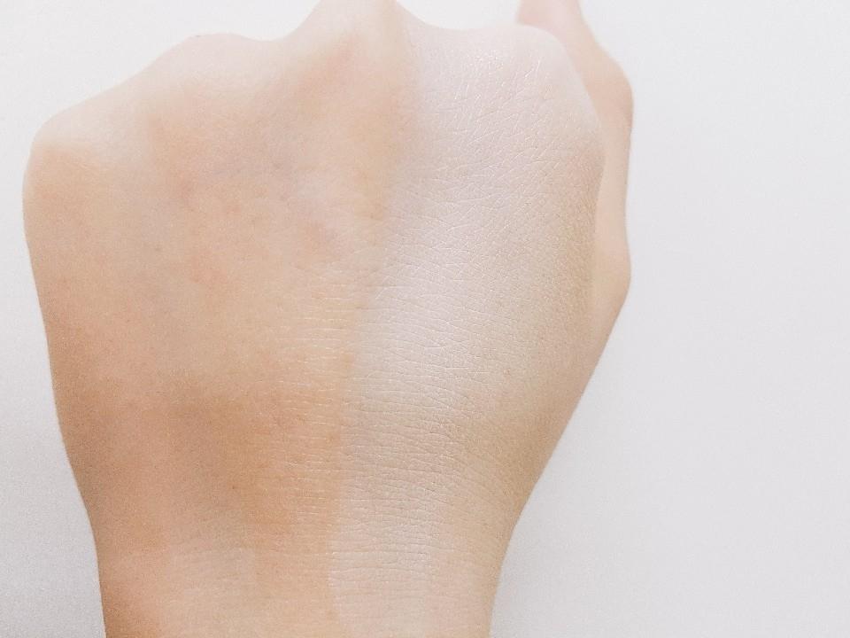 바른쪽과 바르지 않은 쪽이 확연히 다르게 보이시죠?? 너무 매트한 톤업크림은 바르고 나면 각질 부각이 심하구 떠버리는데 첫눈크림은 그렇지 않았어요 손등의 주름사이에 끼임 없이 바로 흡수가 되니깐 건성피부인분들도 사용가능하니 참고하셔요 ^^