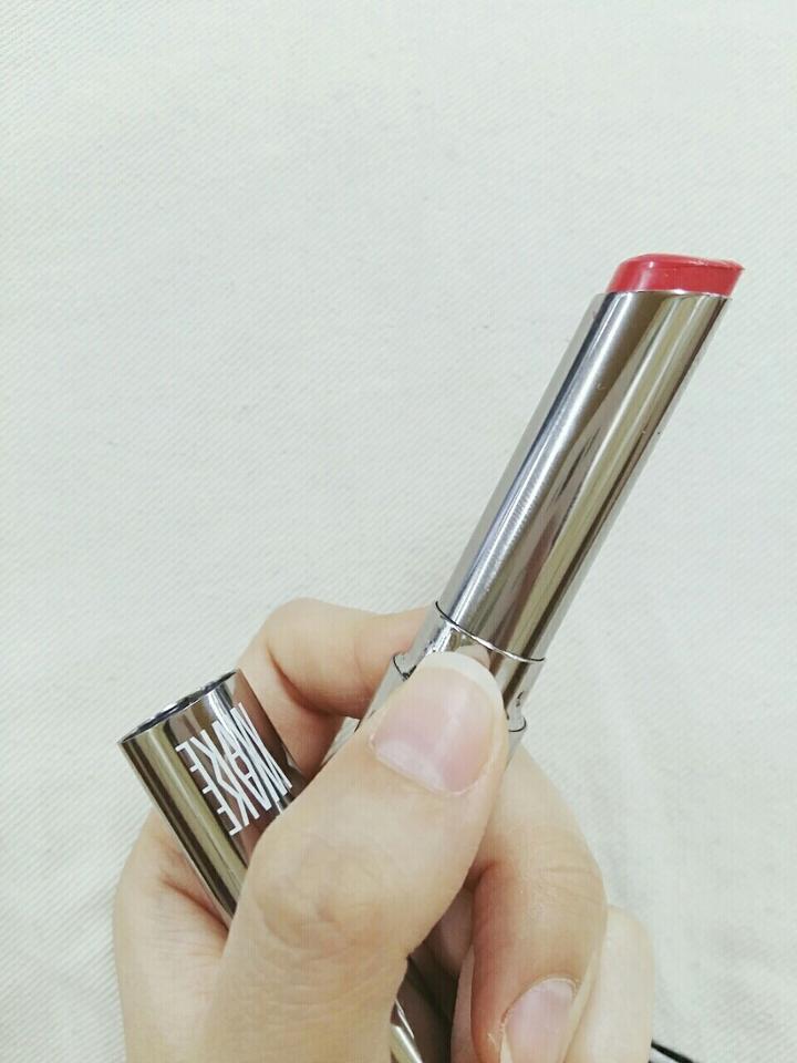 보통 립스틱들에 비해서 약간 가느다란 모양입니다! 맥 허거블이랑 비슷하다고도 해요. 전 실제로 허거블을 본적은 없어요 ㅋㅋㅋㅋㅋ