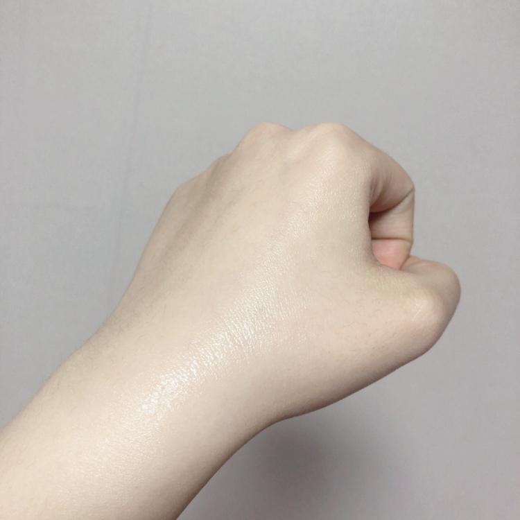 손에 발라보았을때 빠르게 흡수가 되고 수분으로 피부가 코팅된 것 처럼 촉촉하고 좋았어요    👀보이시죠? 광이 수분광✨