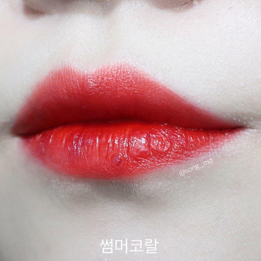 어뤤지한게 컬러 정말 예쁘죠? ㅎㅎ   수분감이 풍부하고 광택감도 좋은게   입술이 굉장히 생기있어 보이고   전체적인 피부도 화사하게 해주네요  