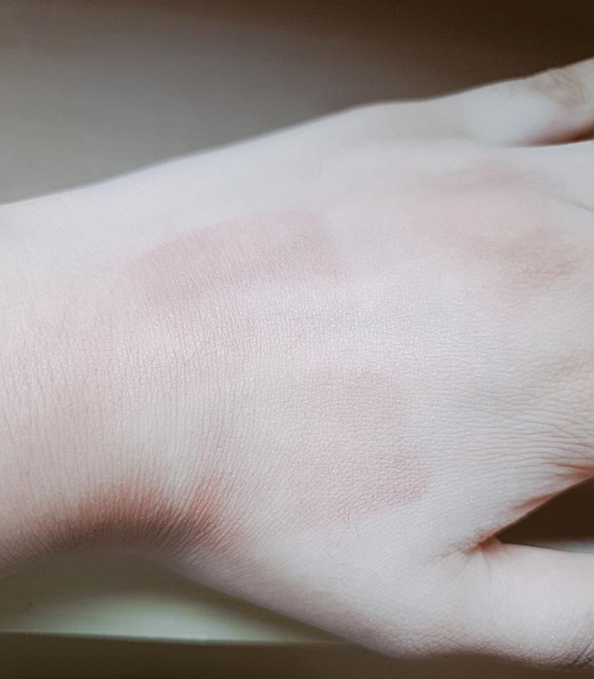 힘을 주고 문질렀을때는 거의 지워진 상태입니다. 착색은 거의 없다고 보시면됩니다!