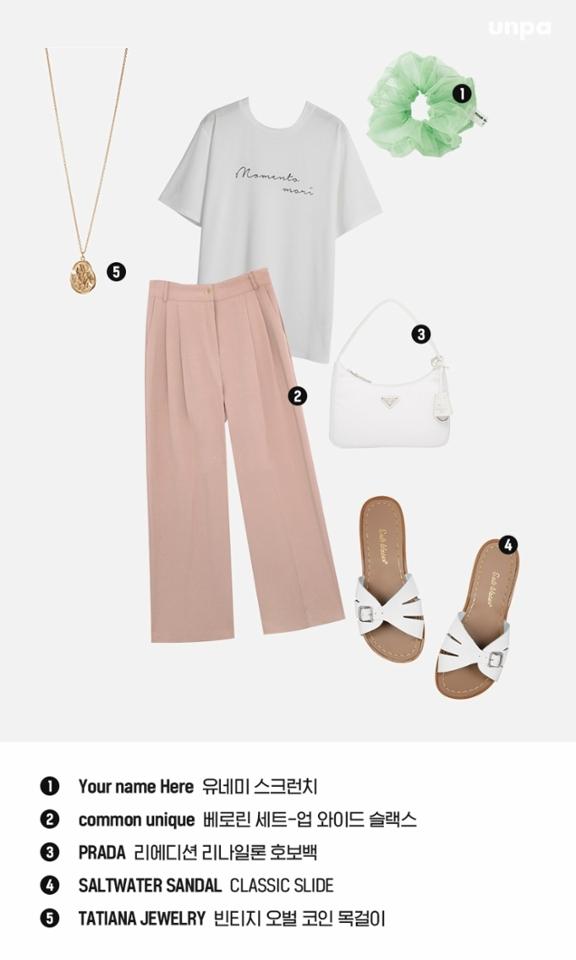 부드러운 파스텔 핑크는 사랑스러운 느낌을 전달해 줘. 포인트가 있는 티셔츠와 함께 매치해 깔끔하면서도 센스 있는 데일리룩을 완성해보는 건 어떨까?