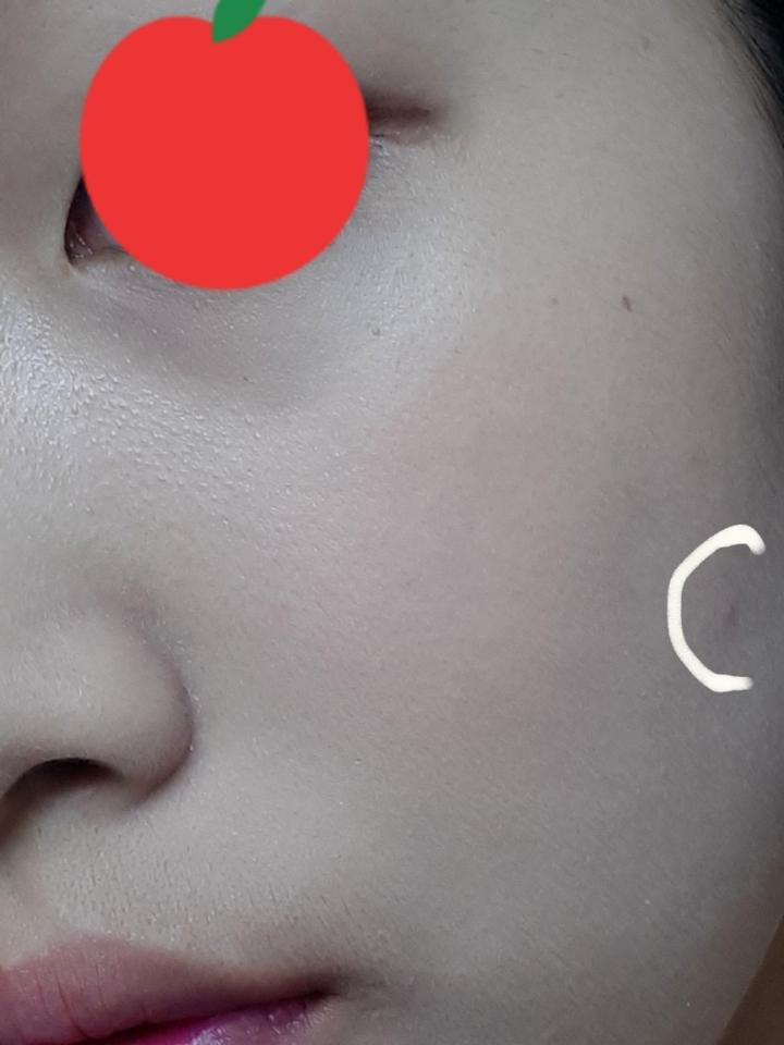베이스 화장을 해봤어요 ✔베이스 슈에무라 모공파운데이션 ✔블러셔 투쿨포스쿨 피치넥타 저 흰동그라미는 제 트러블을 가린거에요