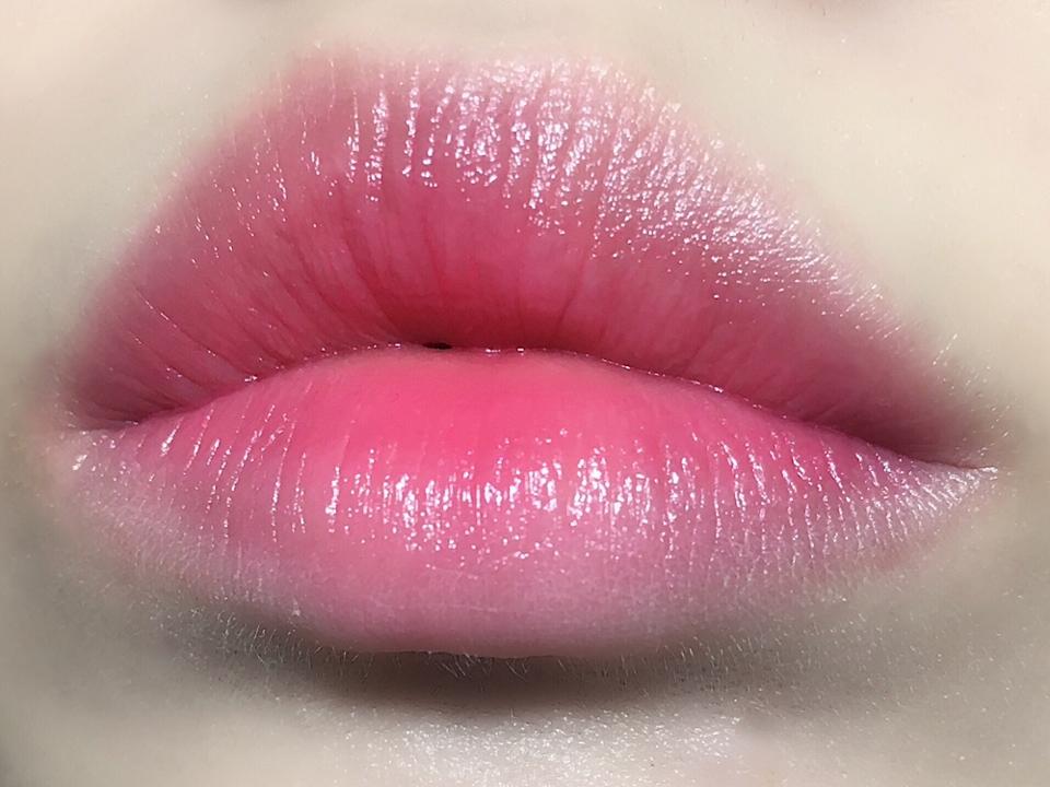 요 립은 요렇게 그라데이션으로 발색했을 때 요 립만의 매력이 더 뿜뿜 하는 것 같아요!!   연하면서도 자연스러운 혈색을 부여하고,  여리여리한 연출이 가능하더라구요ㅎㅎ
