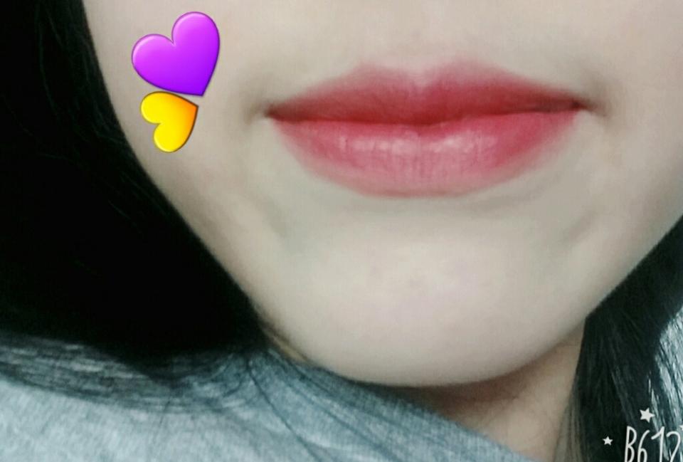 입술발색입니다 일단 색상이 너무너무 이뻐요💕💕 질감은 적혀져있는 그대로 벨벳제형이고 조금 건조할 수 있어요 그리고 주름, 각질부각이 있는편이예요 다음번에 벨벳레드도 사고싶어요❤