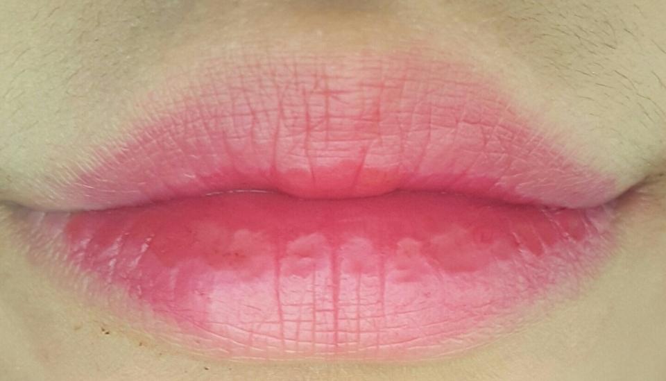입술은 스킨푸드 물감틴트 연핑물감 전체에 칠해주고 가운데에 그라데이션으로 페리페라 워터틴트 핑크쥬스를 칠해줍니다!!