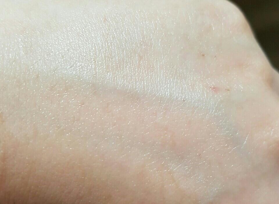손등에 펴발라본 사진인데요.. 와우🙉  촤르르한 광택감 보이시나요? 와 확실히 미백 기능도 좋아보여요 ㅎ 이 제품의 특징이 미백기능이지만  보습+영양까지 빠지는거 없는 기능성 앰플이예요 ㅎ👍