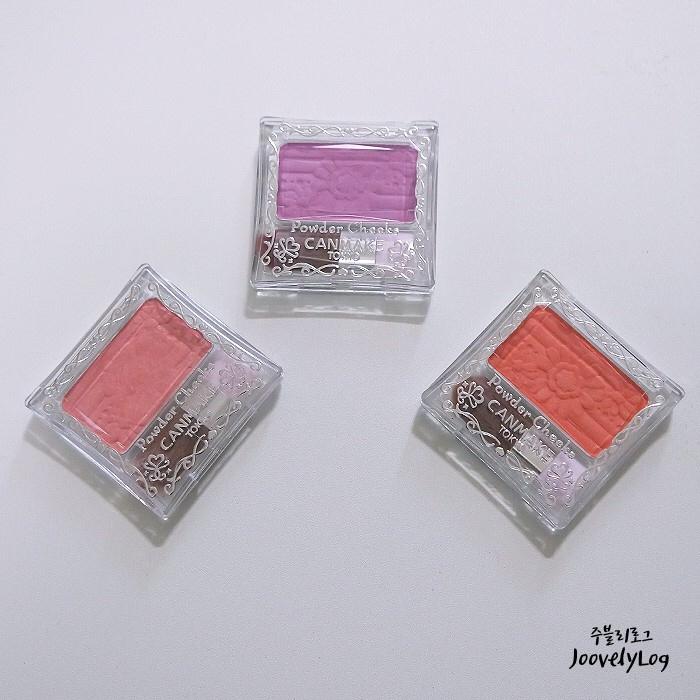 왼쪽부터 PW23  |  PW25 슈가오렌지  |  PW39 스미레퍼플     가지고 있는 캔메이크 블러셔 컬러에 대해 간단하게 말씀드리자면, PW23은 채도가 낮고 적당히 흰끼가 도는 코랄 핑크로 누구나 무난하게 사용하기 좋은 컬러에요! PW25 슈가오렌지는  홍조나 붉은 끼가 있는 피부한테는 비추하지만  펄감이 도는 상큼한 오렌지 코랄 발색이 매력적인 컬러에요! 저는 이 세가지 컬러 중에 스미레 퍼플에 가장 많이 손이 가서 애정템으로 뽑고 있어요! 가성비 좋은 연보라빛 블러셔 캔메이크 파우더 치크 PW39 봄 블러셔로 강력추천해드려요! - PW23 리뷰도 올려두었으니 궁금하신 분들은 검색해주세용! : )
