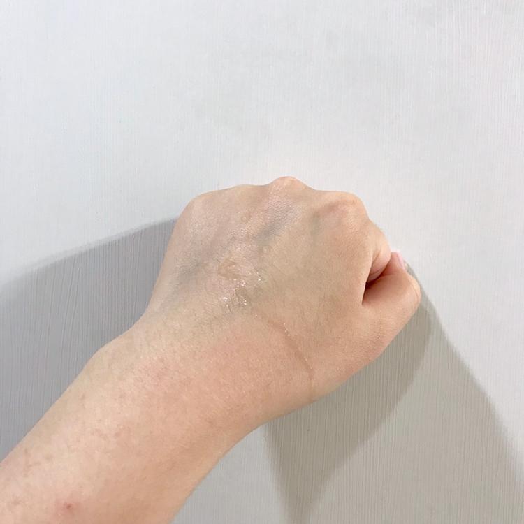 손등에 올리면 주르륵- 흐르는 제형이에요!  물처럼 흐르기 때문에 저는 덜어서 흡수시키거나  혹은 솜에 묻혀서 얼굴에 붙여주는 식으로 사용해요~