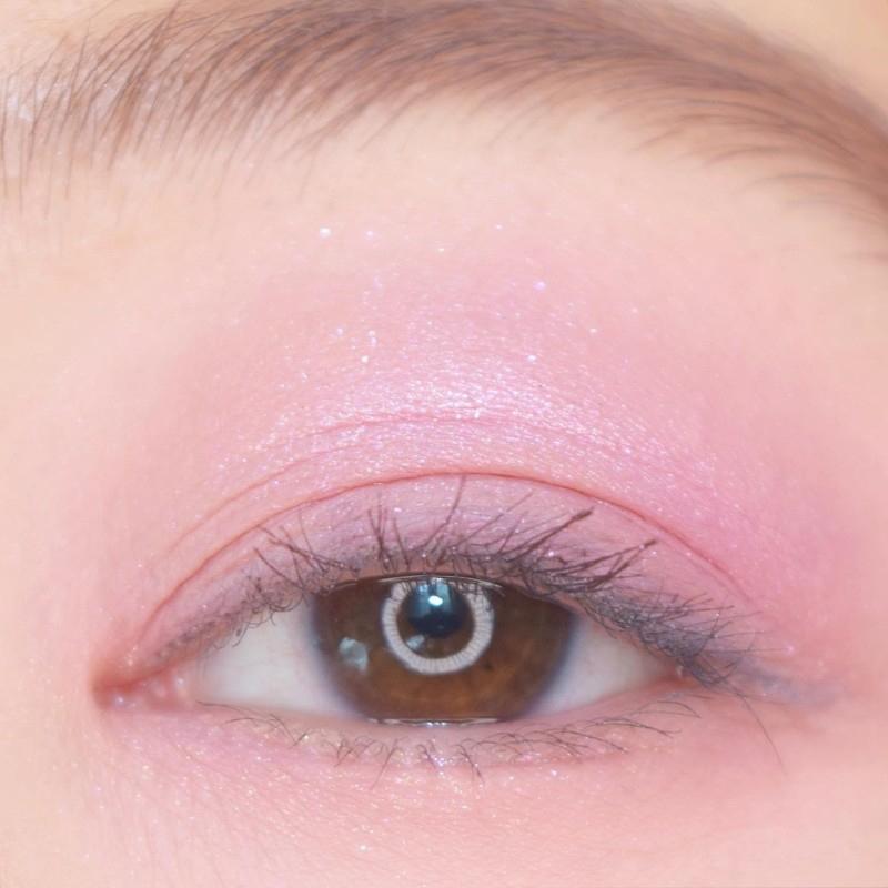 겨울왕국2 꼭 보러가야 할 거 같은 핑크라벤더 eye가 연출됩니다.         첫번째 퍼플브라운컬러가 제눈에서는 생각보다 밝은 라벤더컬러로 발색됐어요ㅠㅠ 딥한 포인트컬러, 아이라인 컬러가 없는 게 아쉬운...