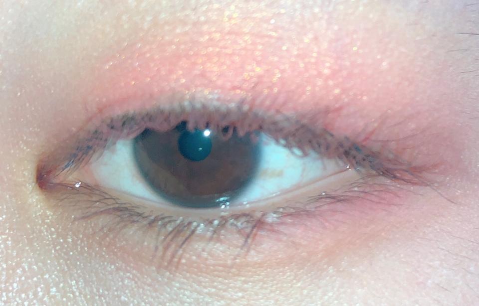 설레이는 첫 만남 색상들로 화장한 제 눈알입니다! 제가 화장을 잘 못해서 화장이 거기서 거기지만.. 반짝이는 펄들..영롱 그 자체😭😭 강력한 발색 덕분에 사용하기 걱정스러웠던 MPK04 색상을 눈 밑에 발라주니 이런 봄봄한 눈이 되었어요..!