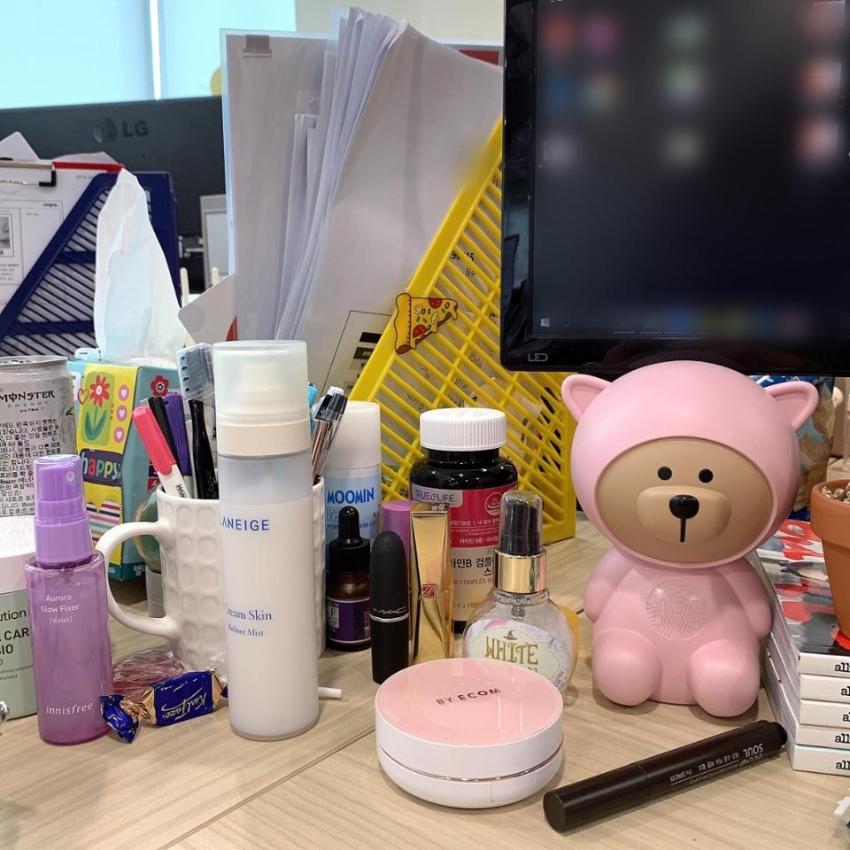 안녕하세요 여러분 미미에여 (짝짝) 일하기 시른건 아니구 ^^ 책상 정리도 할 겸 저의 데일리템을 소개하려고 합니댜 여기는 제가 일하는 책상 위에여  누가 뷰티에디터 아니랄까봐 책상위에 화장품이 가득하답니댜