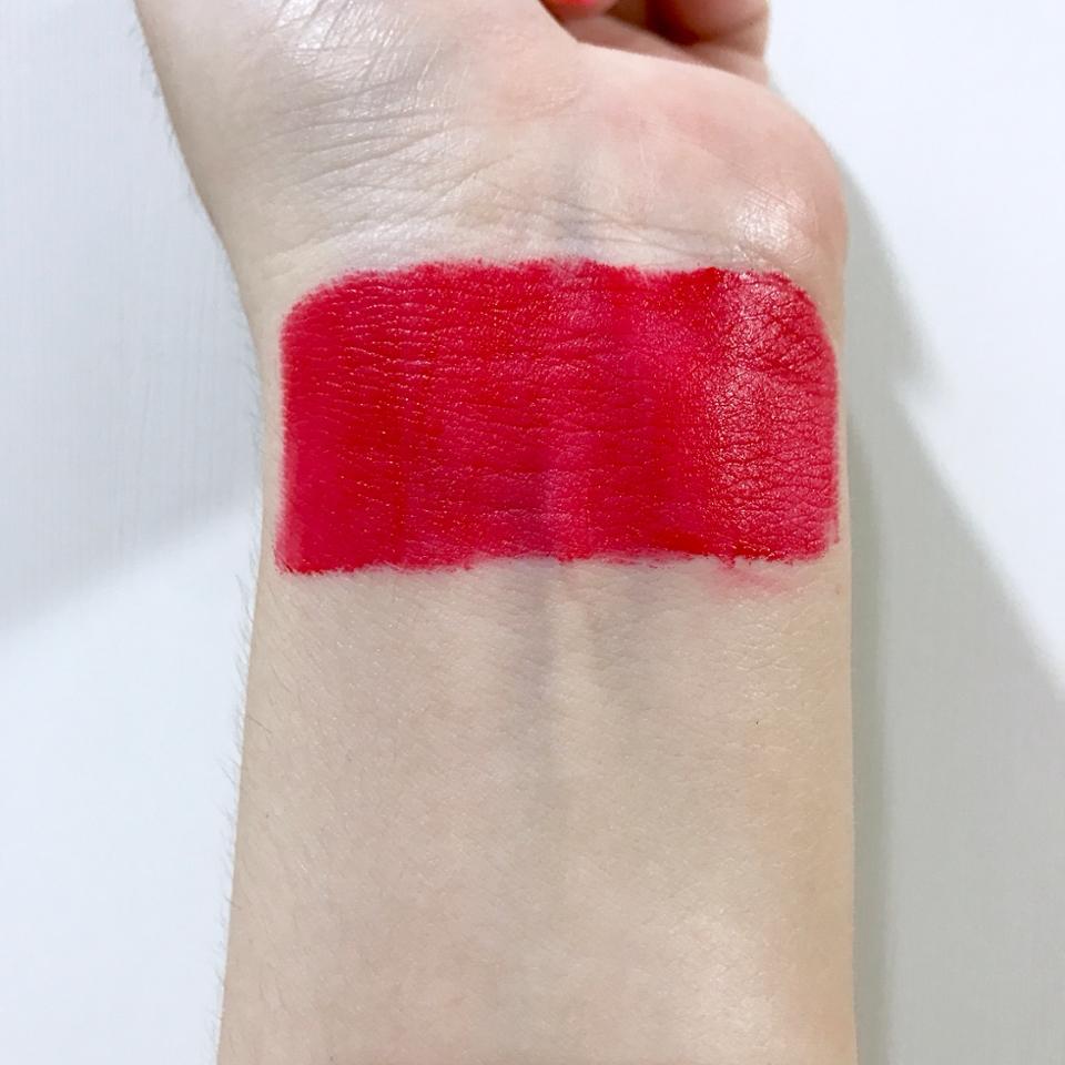 기본적으로 레드빛이에요~!!  손목에는 조금 더 붉게 나오네요! 핑크빛도 살짝 섞여있구요!!
