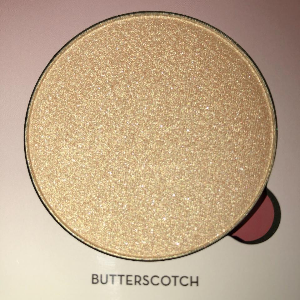 버터스코치 마쉬멜로우에서 골드를 조금 더 추가한 색이에요. 아마 하이라이터나 애교살에 많이 쓸것같아요!