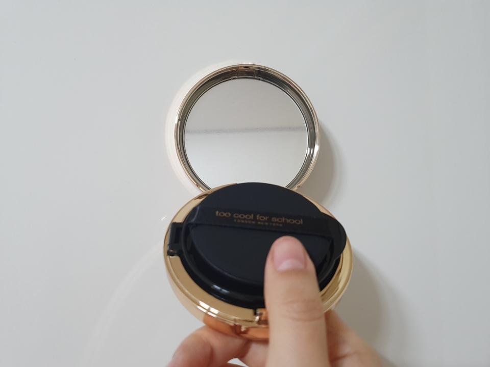 이렇게 안에보면 거울과 쿠션 퍼프가 들어있어요!  그런데 이 퍼프가 굉장히 신기하게 생겼어요