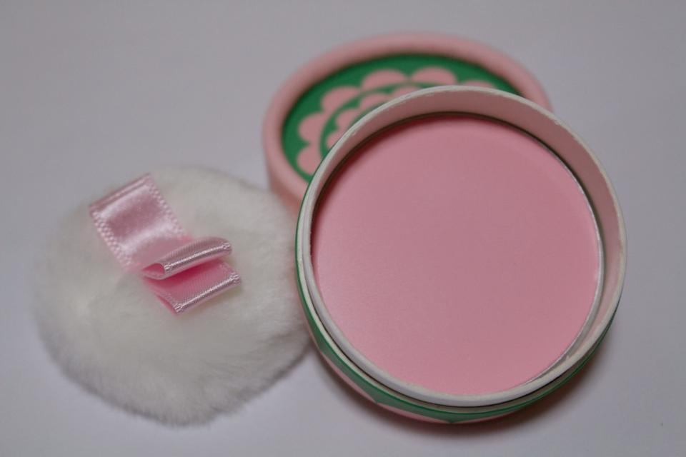 색상은 완전 핑크핑크한 색상이에요❤️  막 반짝반짝한 펄은 없는 무펄 볼터치에요!
