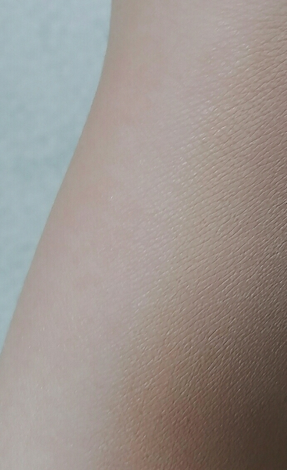 손목 테스트 한걸 지우려고 손목을 봤습니다 ... 여러분 제가 못볼걸 봤어요.. 다크닝...와우.. 오른쪽이 파데를 올린 쪽인데.. 여러분 전 쉐딩 리뷰가 아닙니다.. 심지어 이거 잘 펴바르면 제 피부보다 약간 더 밝은 아이였어요..