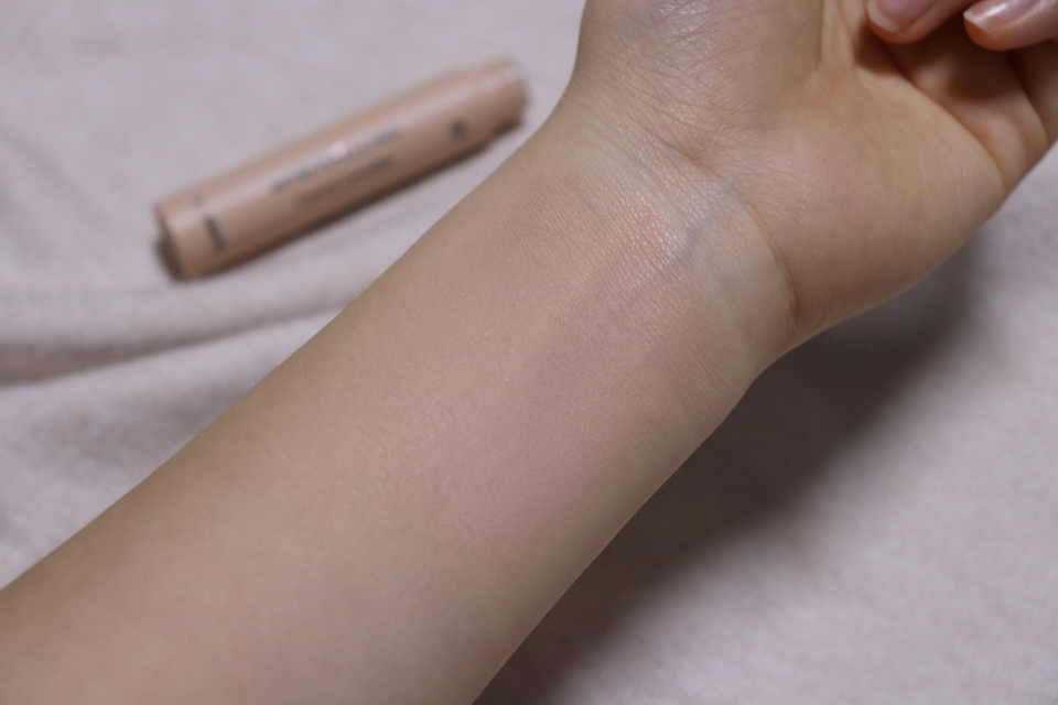 21~13호 분들이 쓰기에 좋을거같아요 컨실러는 원래 피부보다 반톤 어두운걸쓰면 잡티가 더 자연스럽게 가려진답니다