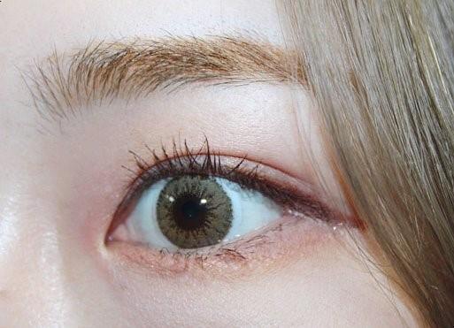 채도가 높지 않아서 신비로운 느낌도 들고 애쉬 베이지 컬러가 굉장히 예뻐요 ㅠㅠ  개인적으로 포인트 렌즈로 착용해도 너무 예쁠것같아요!  특히 속눈썹연장한 눈에 착용해도 겁나 힙하고 예쁠듯,,