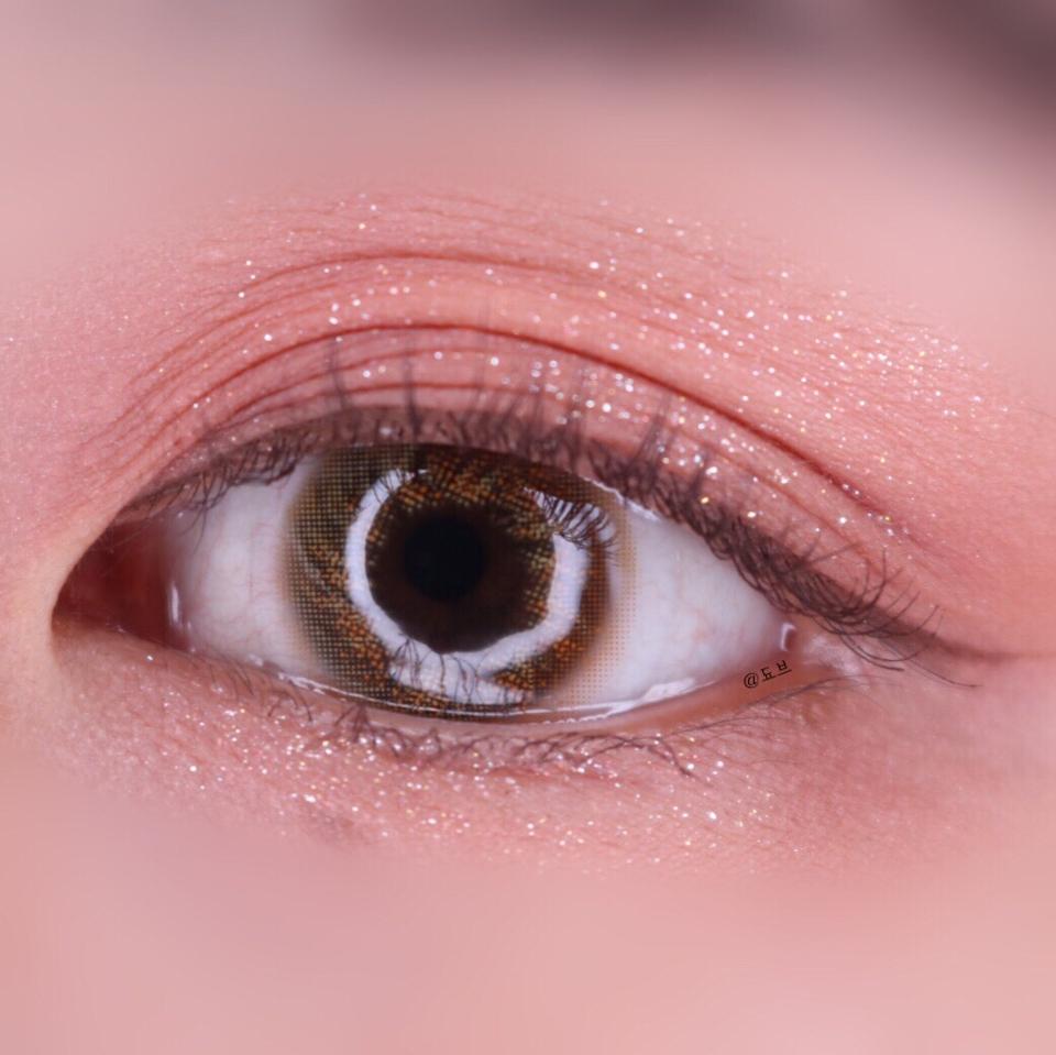 쨘 저의 착용샷이에요. 직경이 작아서 꼬막눈인 제 눈에서 완저니 예쁘게 맞는 직경이랍니당♥