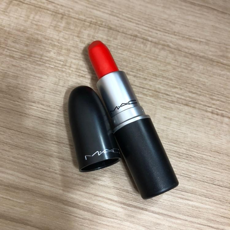 뚜껑을 열고 립스틱을 돌리면 저렇습니다 ㅎㅎ MAC 적혀있는게 레알 간-지 🖤
