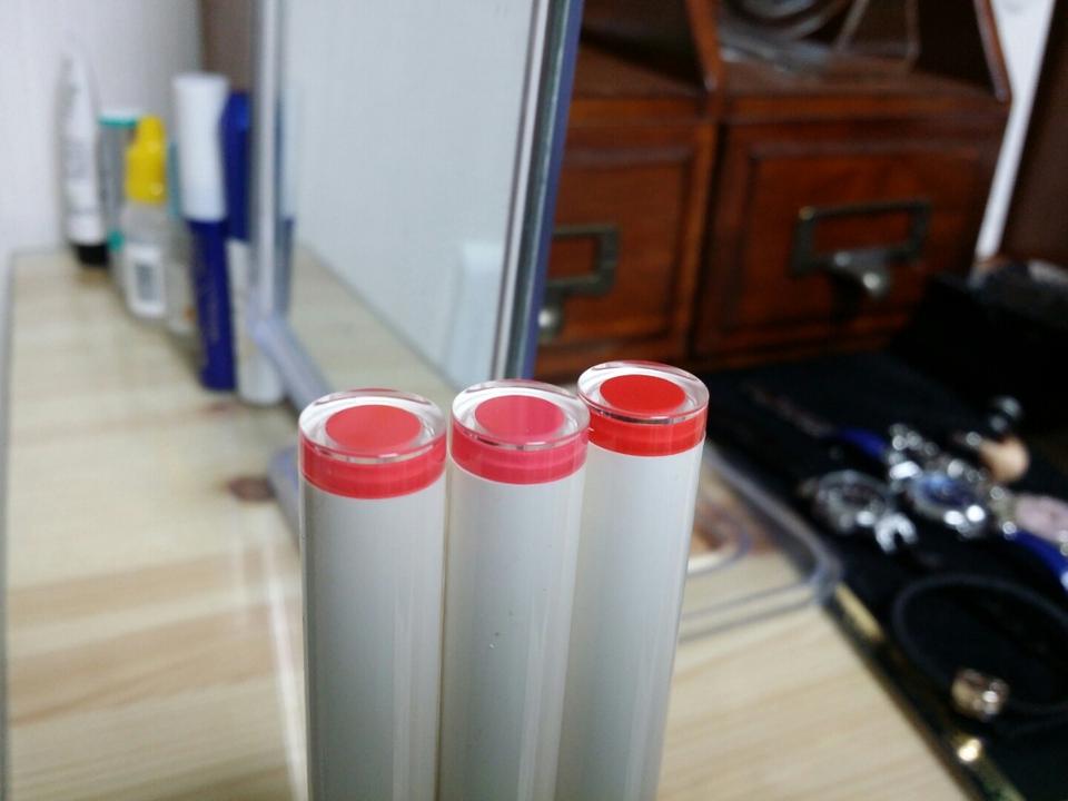 기존 립스틱과 다르게 색상이 뚜껑에 표시되어 있어요.