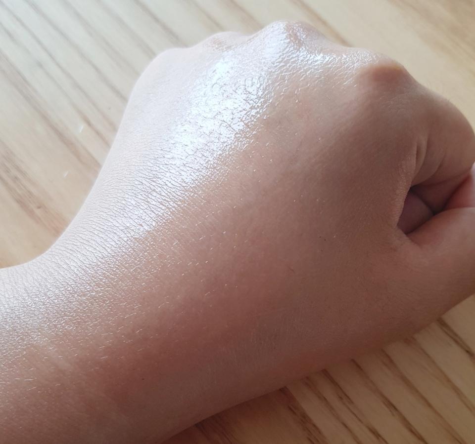 오일 중에는 헤어에 바르고 나면 손이 끈적이고 머리도 떡지는 것도 있어서...  어느정도의 마무리감인지 보려고 손등에 발라봤어요.