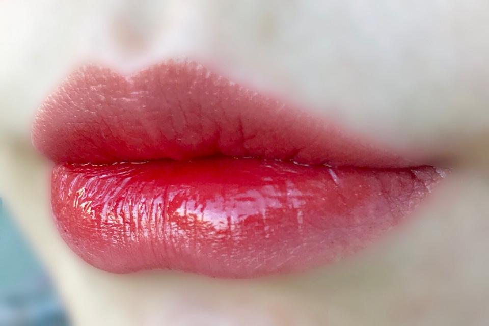 맑고 체리같은 입술을 원하신다면 요 제품을 한 번 발라보세요 : )