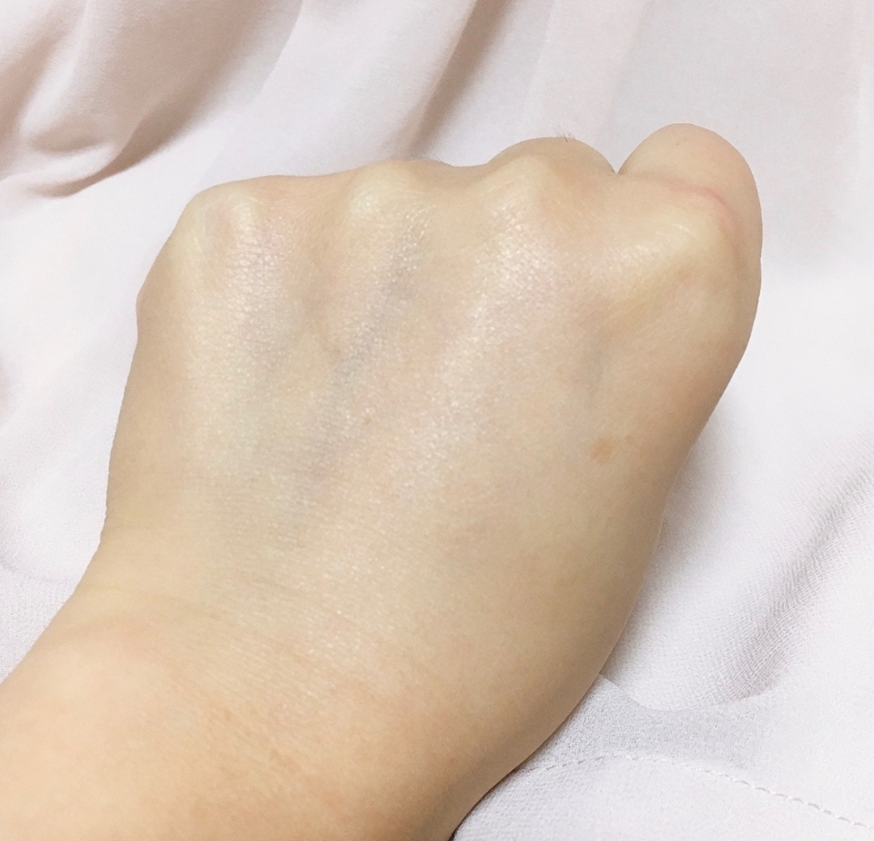 손등에 발라보니 미끈미끈하게 발리지만 무거운 제형에 비해 가벼운 제형의 세럼을 사용하는 것처럼 빠르게 흡수되고 완전히 흡수되고 나면 잔여감 없이 산뜻하게 마무리되어요