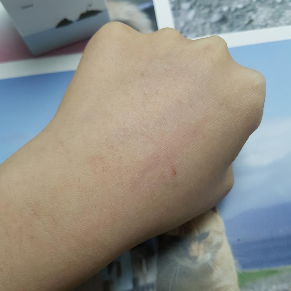 먼저 건조한 그자체인 제 손등입니다...흡 너무죄손해요 관리를 너무너무 못했네요ㅠㅠ