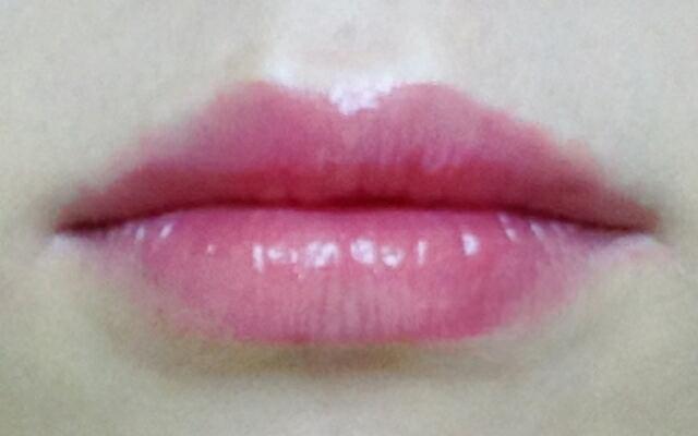 입술 발색샷. 저는 입술색이 옅지 않은데도 이쁘게 발색되더라구요. 차분하고 우아한 색인데 색도 살짝 튀는게 올드해보이지 않아 좋아요.  입술 각질이 있어도 립밤 바른듯이 만들어주는 촉촉함도 좋고, 광택도 이쁜 발색