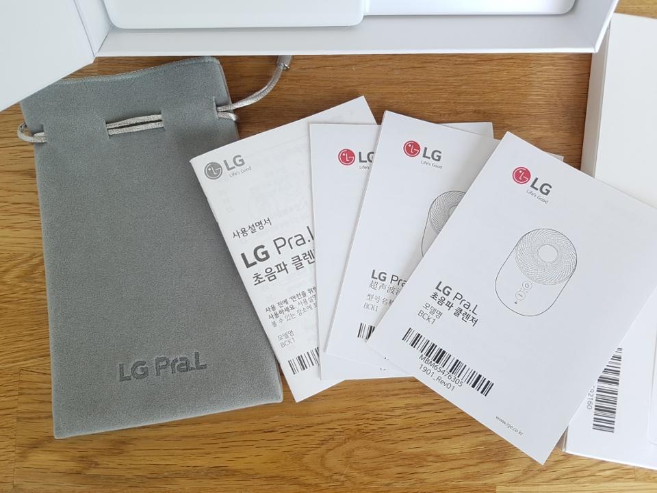 제품에 대한 간략한 설명이 기재된 팸플릿은 한국어, 중국어, 영어의 세 가지 버전으로 준비되어 있어요.
