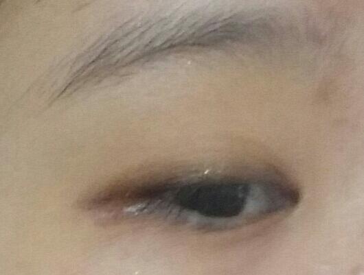 그래도 삐뚤삐뚤하다!!하시면 스틱 섀도우로 라인위를 문질러 블렌딩해주시면 깊이있는 눈매 완성!!