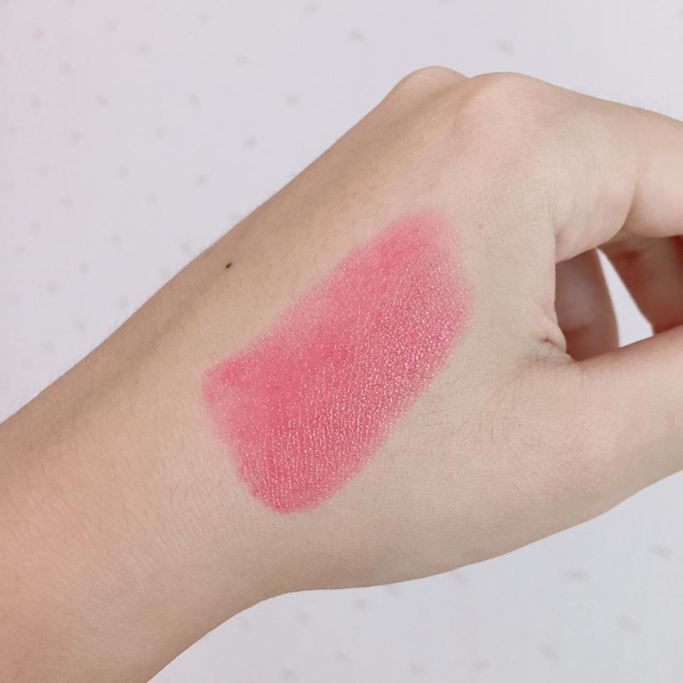 손에 발색을 해보았어용  엄청 촉촉하게 발색이 되는 틴트스틱이라서 , 따로 립밤을 챙기시지 않아도 돼요 :-)