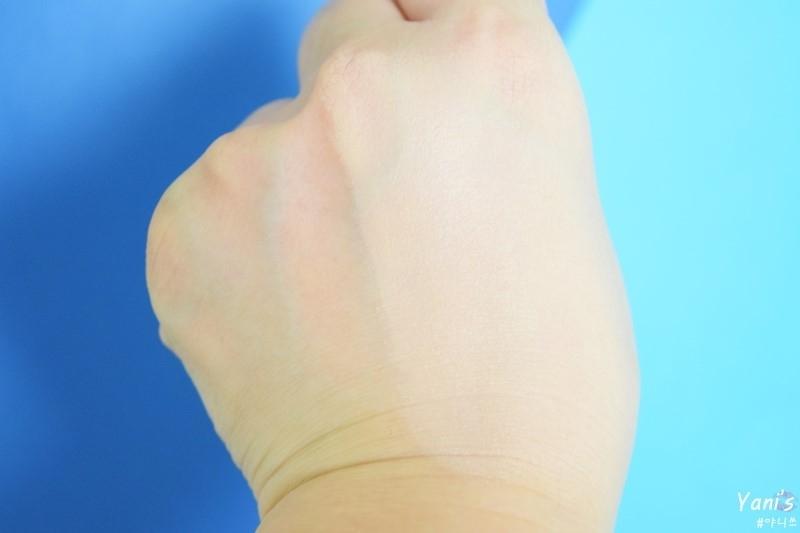 얇고 가벼운 사용감으로 피부에 부담없이 밀착되요. 마무리감은 썸머에디션답게 파우더처리한듯 보송해요.