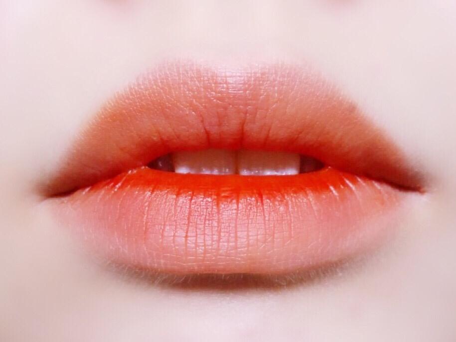 주섬주섬 뭘 먹고 난 후의 입술입니다! 처음 발색보다는 컬러가 많이 지워진 상태지만 맑고 여리여리하게 오렌지컬러가 착색되었어요! 음 하나 아쉬운 점이라면 피부가 연한 입술 안쪽만 두드러지게 진한 착색이랄까요..? 어쩔 수 없는 부분이긴 하지만요 ㅎㅎ