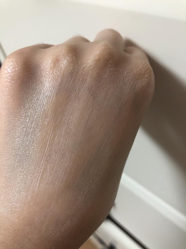 아쉬운 점은 묽은 형태인줄 알았더니 바르니까 저렇게 하얀색으로 떠서 아쉬웠어요 많이 두드려줘야 흡수한답니다!